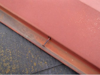 棟板金の釘が浮いている