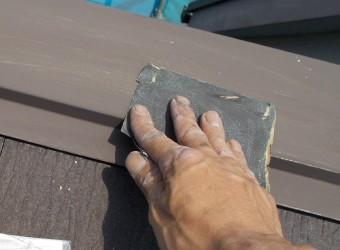 錆や汚れを取り除くため棟板金のケレンを行います