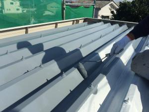 太田市台ノ郷でセッパン屋根の中塗り作業
