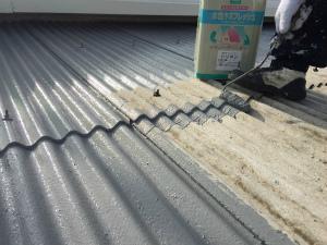 太田市台ノ郷でスレート屋根の中塗り作業