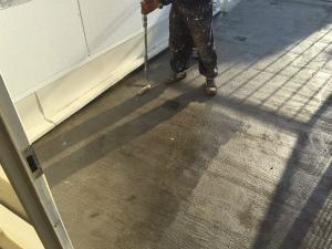 太田市台ノ郷でベランダ防水樹脂下塗り作業