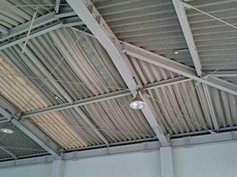 幼稚園の体育館の天井