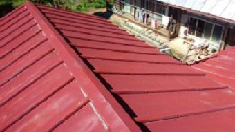 利根郡片品村、離れ小屋のサンブトタン屋根の施工前アップ