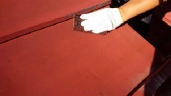 利根郡片品村で離れ小屋のサンブトタン屋根の下地調整作業
