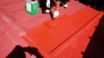 利根郡片品村で離れ小屋のサンブトタン屋根の下塗り