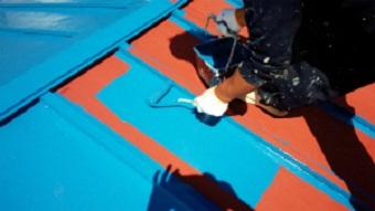 利根郡片品村で離れ小屋のサンブトタン屋根の中塗り