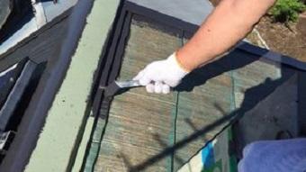 佐波郡玉村町黒いコロニアル屋根の中塗りで刷毛塗り作業