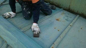 前橋市青梨子町でサンブキトタン屋根のケレン作業