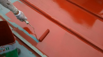 前橋市青梨子町でサンブキトタン屋根の中塗り