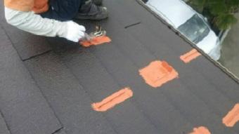 高崎市貝沢町で六角形屋根のお宅で中塗りのハケ作業