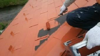 高崎市貝沢町で六角形の屋根のお宅で中塗りローラー作業