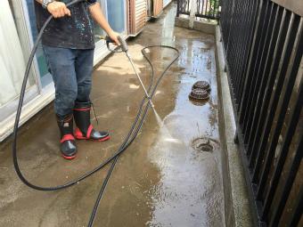 前橋市元総社町でベランダ防水の施工前に高圧洗浄しています
