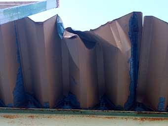 トラックがぶつかった屋根