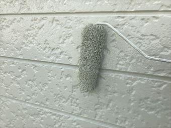 みどり市笠懸町ローラーで外壁塗装中
