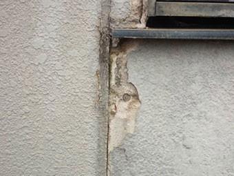 前橋市青梨町窓枠近くの外壁はがれ