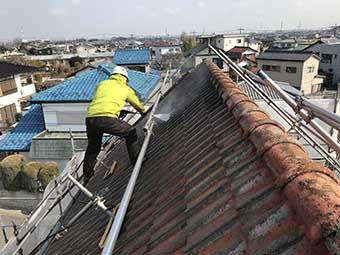高崎市矢中町 急勾配のモニエル屋根 洗浄