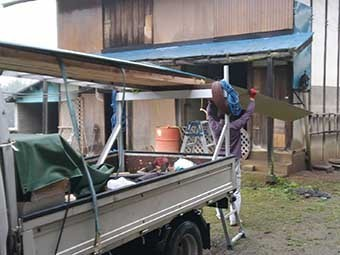 トタン屋根葺き替え材料搬入中