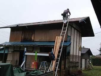 トタン屋根葺き替え作業確認中