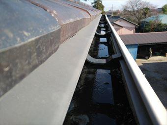 北群馬郡吉岡町陣馬雨樋にたまったゴミ