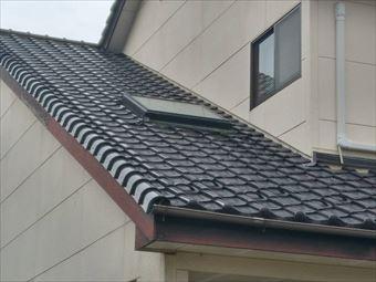 前橋市鶴ケ谷で屋根の天窓からの雨漏りは取り付け部分の下も確認します。