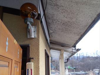 前橋市金丸町で屋根裏に異変!軒天の穴からハクビシンが侵入か?