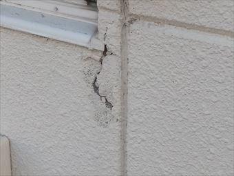 前橋市前箱田町窓周りの外壁ヒビ割れ