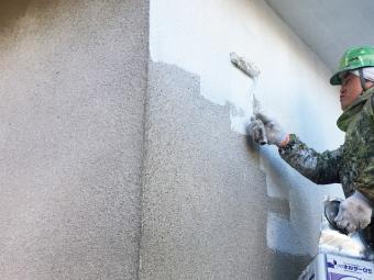 U様邸外壁塗装、モルタル面の下塗り