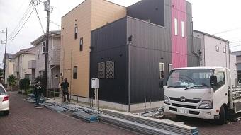 高崎市倉賀野町ガルバニウム合板の住宅に足場を設置