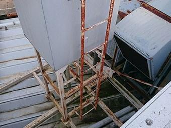 高崎市倉賀野町工場外階段サビ