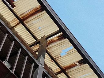 前橋市富士見町ベランダ破損した屋根アップ