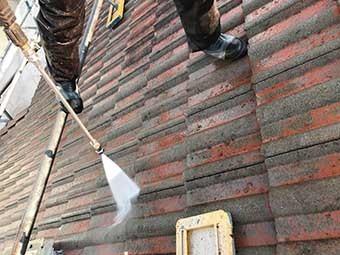 高崎市矢中町 急勾配のモニエル屋根 高圧洗浄