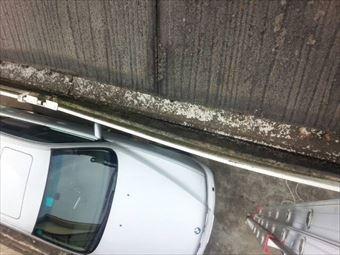 高崎市石原町雨樋下の車