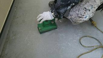 前橋市富士見町でベランダの防水工事のケレン作業