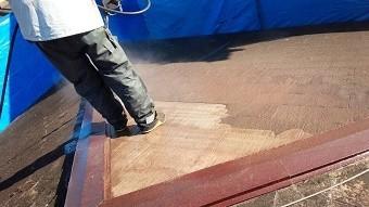 太田市で築25年コロニアル屋根の高圧洗浄作業