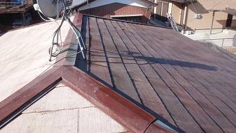 太田市で築25年コロニアル屋根、洗浄前と洗浄後の違い