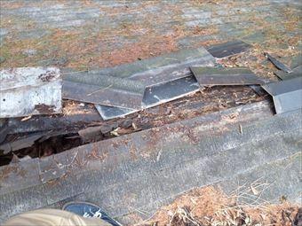 吾妻郡東吾妻町別荘取れた棟板金と傷んだ貫板