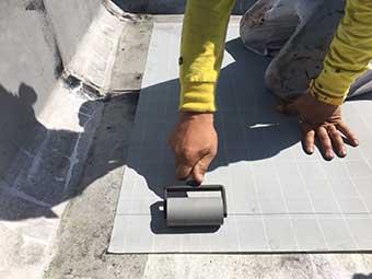 前橋市屋上防水 一層目のシート貼り付け