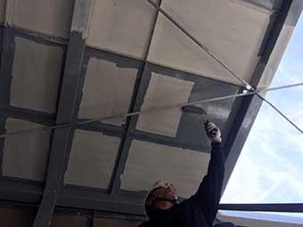 前橋市 屋上看板の鉄骨上塗り作業