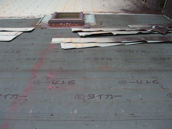 北軽井沢(嬬恋村)でガルバリウム鋼板屋根材撤去後のルーフィング貼り作業