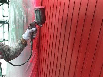 高崎市倉賀野町で外壁ガルバリウム面の中塗り作業