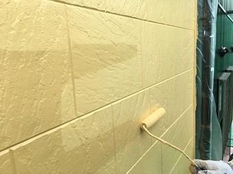 高崎市倉賀野町で外壁サイディングの上塗り作業