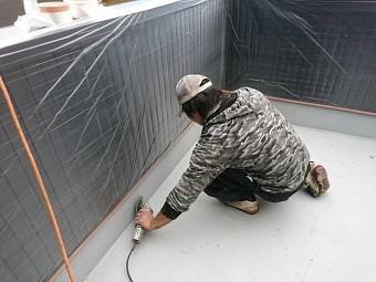 高崎市倉賀野町の外壁サイディングのお宅でベランダFRP防水工事の研磨作業