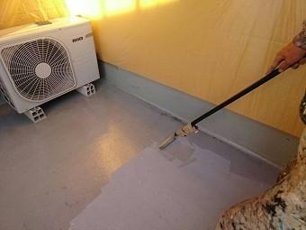 高崎市倉賀野町の外壁サイディングのお宅でベランダFRP防水工事の下塗り