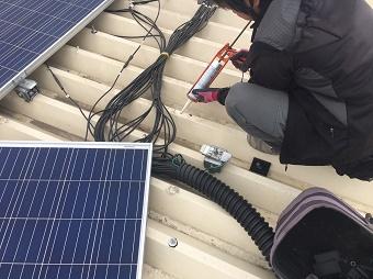 伊勢崎市波志江町でソーラーパネルの撤去後、塗装前に下処理します