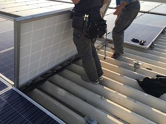 伊勢崎市波志江町で屋根塗装工事完了後にソーラーパネルを再び設置