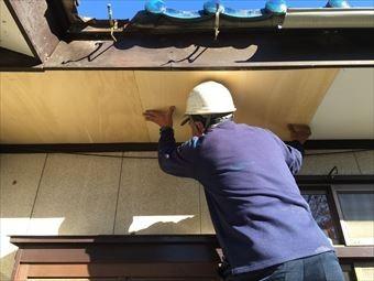 前橋市総社町で青い瓦屋根のお宅で軒天の上貼り作業