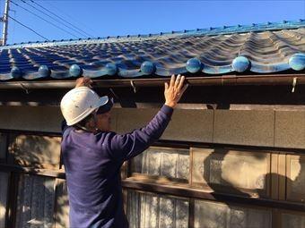 前橋市総社町で青い瓦屋根のお宅で雨樋取り付け