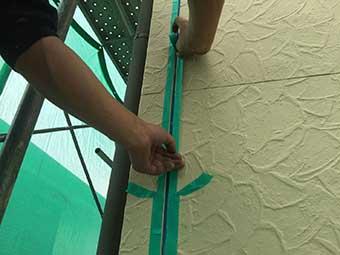 外壁目地マスキングテープ貼り工夫
