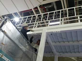 工場渡り廊下塗装中