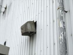 藤岡市立石町P工場様外壁の換気扇外れる
